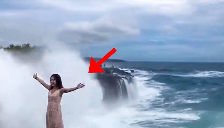 The girl was posing near the wave in Indonesia, the sudden horrific waves, see what happened, the video