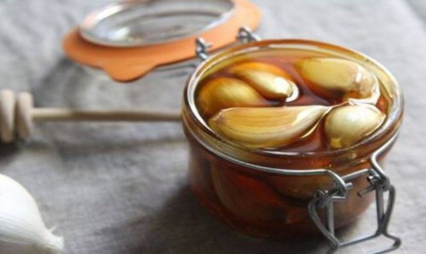 The benefits of eating garlic and honey together will surprise you