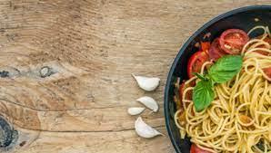 spaghetti con pasta de ajo y albahaca