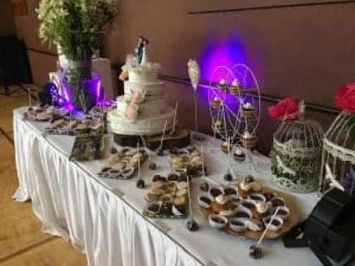torta tres pisos y cupcakes