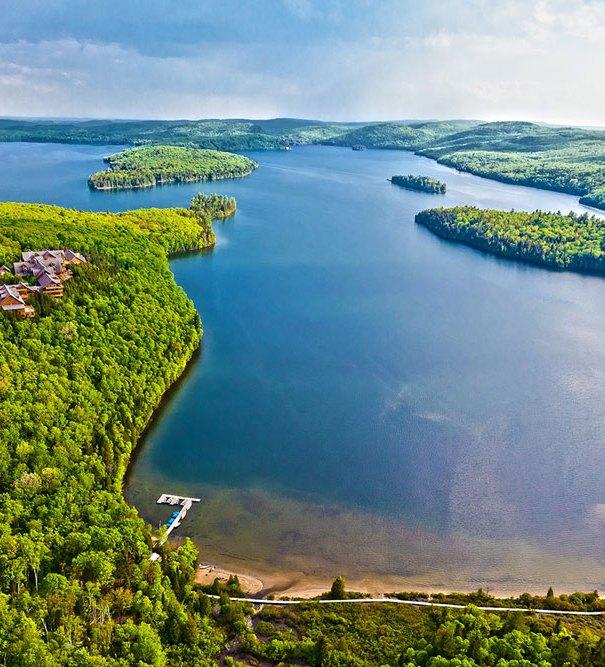 Vue aérienne du lac Sacacomie et de l'hôtel Sacacomie à St-Alexis-des-monts.