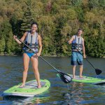 Paddle Board sur le lac sacacomie. L'une des activités offertes à l'hôtel Sacacomie.
