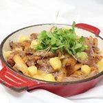 La Poutine Sacacomie, un classique au canard et au cheddar. Servi au restaurant de l'hôtel Sacacomie.