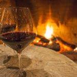 Coupe de vin et ambiance chaleureuse à l'hôtel Sacacomie à St-Alexis-des-monts.