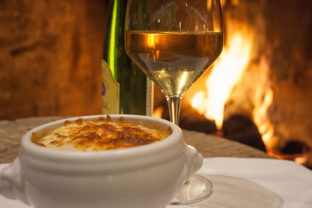 Une soupe à l'oignon à la bière à déguster dans un environnement chaleureux au restaurant de l'hôtel Sacacomie.