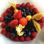 Dessert de fruits, rafraîchissant, servi au restaurant de l'hôtel Sacacomie. Photo prise par LuxeMagazine.