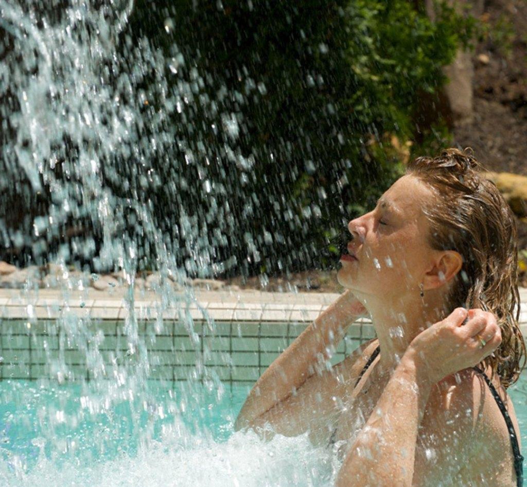 Détente du GEOS SPA bain et chute d'eau froide hôtel Sacacomie