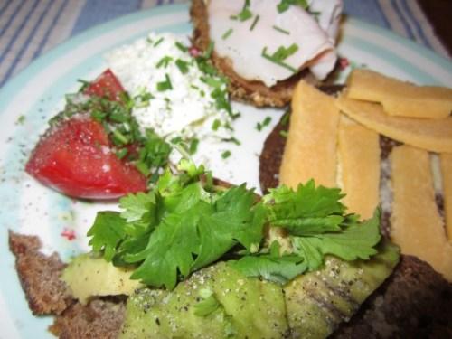 Avocado mit Koriander, Cheddar auf Pumpernickel, Tomate mit Ziegenfrischkäse - das mögen Mädels.