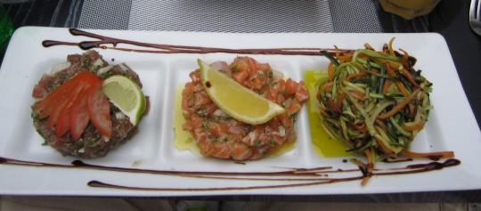 Links: feine Gemüsespiralen aus Möhre und Zucchini
