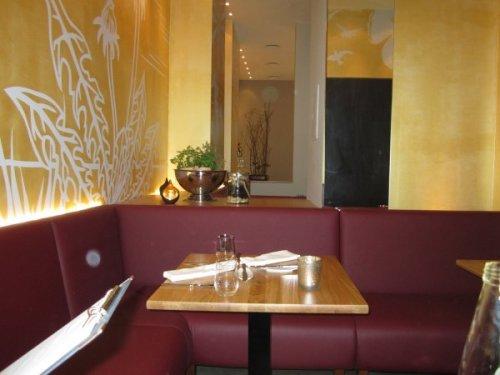 Schlichter Bistro-Stil mit goldenen Wänden - alles noch ganz neu renoviert