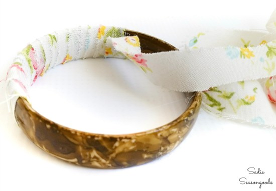 Upcycling jewelry with fabric from vintage sheets