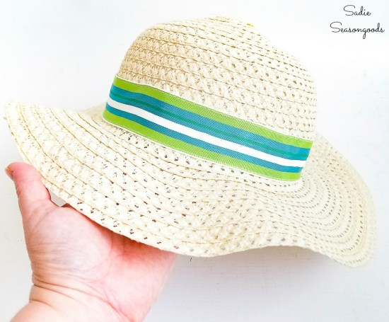 Hat band on a straw sun hat by upcycling a ribbon belt