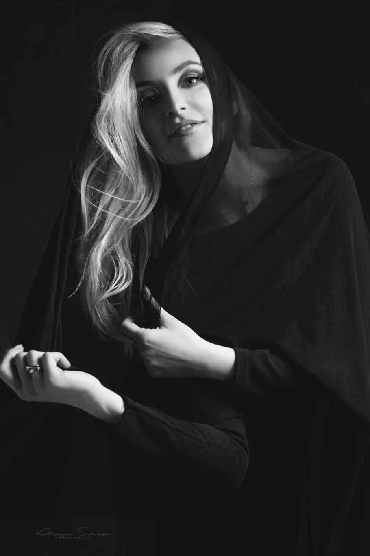 kobieta w czarnej sukni i welonie