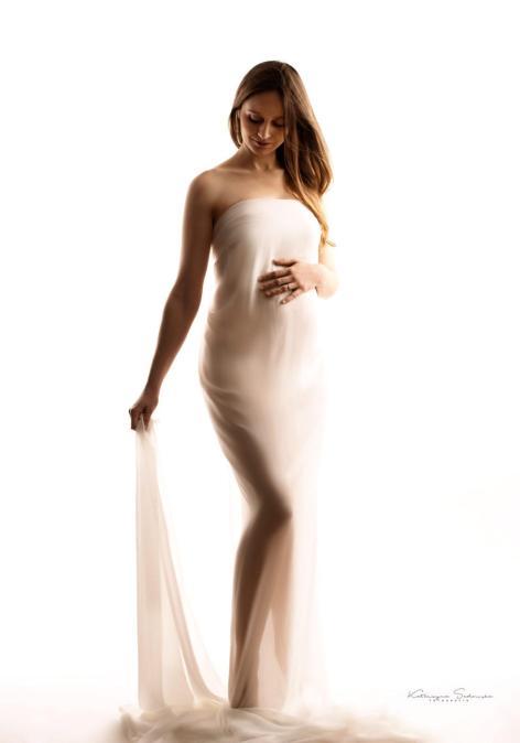 fotografia-ciążowa-w-białej-zwiewnej-kreacji