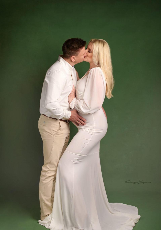 sesja-ciążowa-z-partnerem-w-bieli