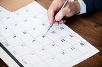 marcatura dell uomo d affari sul calendario per un appuntamento 53876 14778