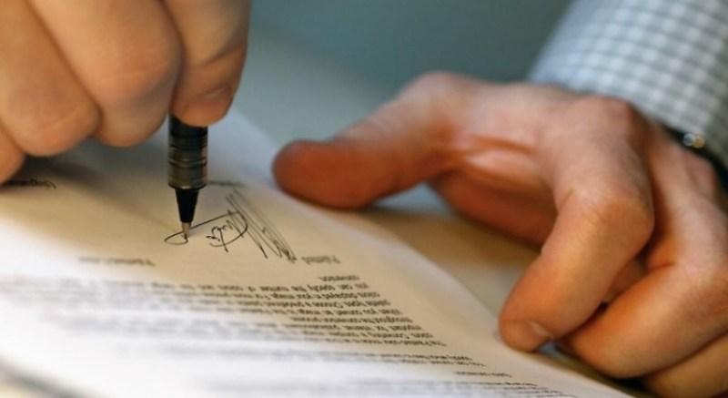 menandatangani surat perjanjian