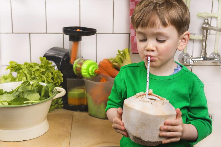 anak-kecil-minum-kelapa-muda