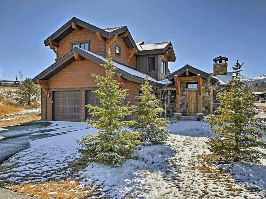 Picture of a beautiful ski vacation home exterior.