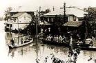 ▲上諏訪駅方面から見た「さぎのゆ」 私たち諏訪の人間の生活は、諏訪湖と 共にありましたが、大雨の降る度に諏訪湖が氾濫して、お客様を駅まで船で 駅まで送り迎えすることもありました。