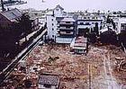 ▲平成3年新館「秀芦閣」増築工事 創業当時の明治末期に造られた土蔵は壁 などを修理し、庭園の一部として保存され ました。