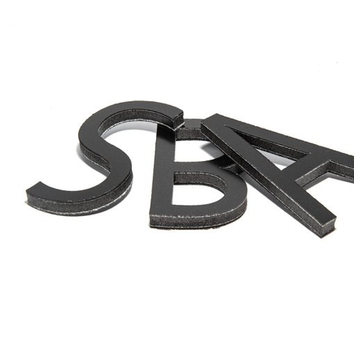 scritte 3D sagomate in piuma nero