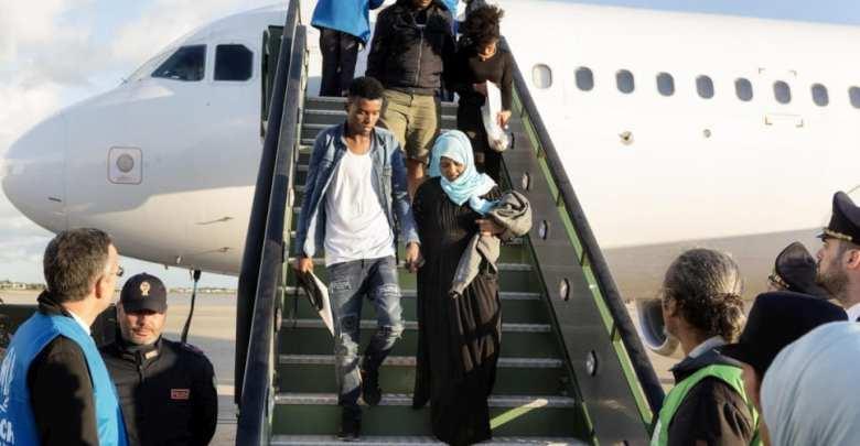 لاجئون ينزلون من رحلة إجلاء من ليبيا بعد هبوطهم في قاعدة براتيكا دي ماري الجوية في إيطاليا، في 29 أبريل ( مفوضية شؤون اللاجئين)