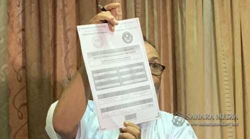 مدير حملة المرشح سيدي محمد ولد ببكر وهو يعرض أمثلة من المحاضر (صحراء ميديا)