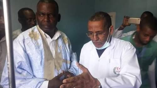 الناشط الحقوقي بيرام ولد الداه اعبيد رفقة مدير المسشفى الجهوي في زيارة للمصابين
