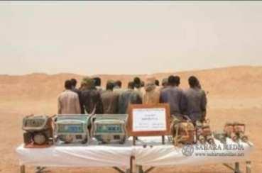 المنقبون المعتقلون رفقة معداتهم بعد اعتقالهم