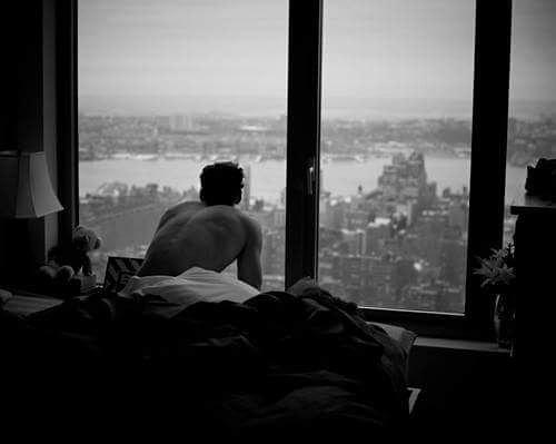 Bu sabah sıçrayarak fırladım yatağımdanKuruyan dudaklarımda sesin yankılandı çatlak bir tondaYastığımda geçen güz den kalan bir sonbahar kokusuBir umut bakındım sağıma solumaAma sadece yaran vardı solumda Sonra kara bir bulut kapısına dayandı gözbebekleriminSebepsiz bir sağanak ıslattı kirpiklerimiÜstüm açık kaldı besbelli yoktun ya örtende olmadıOyy sevdası yüreğime  and olmuş dilberGaliba  ben seni özledimmi ne?Sahildeki Şair Sinan Yıldızlı