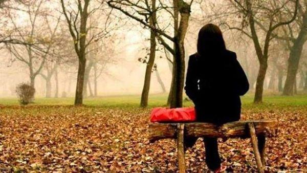 Takvimlere  baktım eylül e beş var.Sensiz dökülüyor yine yapraklar.Ben ayazda titrerken sende güneş var.Avuçlarıma düşer kurur sonbahar.Zalim bir sızı batar bağrıma.Sensiz nefes almak gider ağrıma.Gel inandır beni var olduğuma.İnceden inceye vurur  sonbahar.Geceler günahkar sabahlar arsız.Bulutlar cüretkar yağmur kararsız.Beni kuytularda hep savunmasız.Ağlarken yakalar bulur sonbahar.Kahreden yokluğun isyana gebe.Günden güne eriyip vururum dibe.Her gece bir kabus soğuk bir gölge.Karabasan gibi durur sonbahar.Sahildeki Şair Sinan Yıldızlı