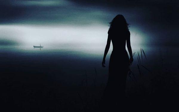 Zülüflerin geceye mi karıştı?Gün batıyor penceremin önünden,Ruh bedene sığmaz oldu da taştı,Sensizliğin farkı yok ki ölümden,Günahım var ise adımı anma,Ben yanarım bari birde sen yanma,Sen yinede beni yaşıyor sanma,Sensizliğin farkı yok ki ölümden,Sürünürüm tutmaz olur dizlerim,Kan ağlıyor artık hergün gözlerim,DEVAMI VE DAHA FAZLASI YENİ KİTAPTA,YENİ KİTAP ÇOK YAKINDA...#Şiir #Kitap #edebiyat#şiirsokakta #elveda #hoşçakal #gece#hasret #kadın #kadınım #şarkılar #şarkı #şairlerkahvesi #sairler #akşam #yenikitap