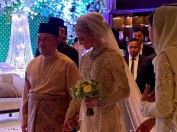 بالصور: بعد زواج الملك من ملكة الجمال الروسية، ولي العهد الماليزي يتزوج من فاتنة سويدية ويقدم هدايا الزفاف لدور الأيتام !!