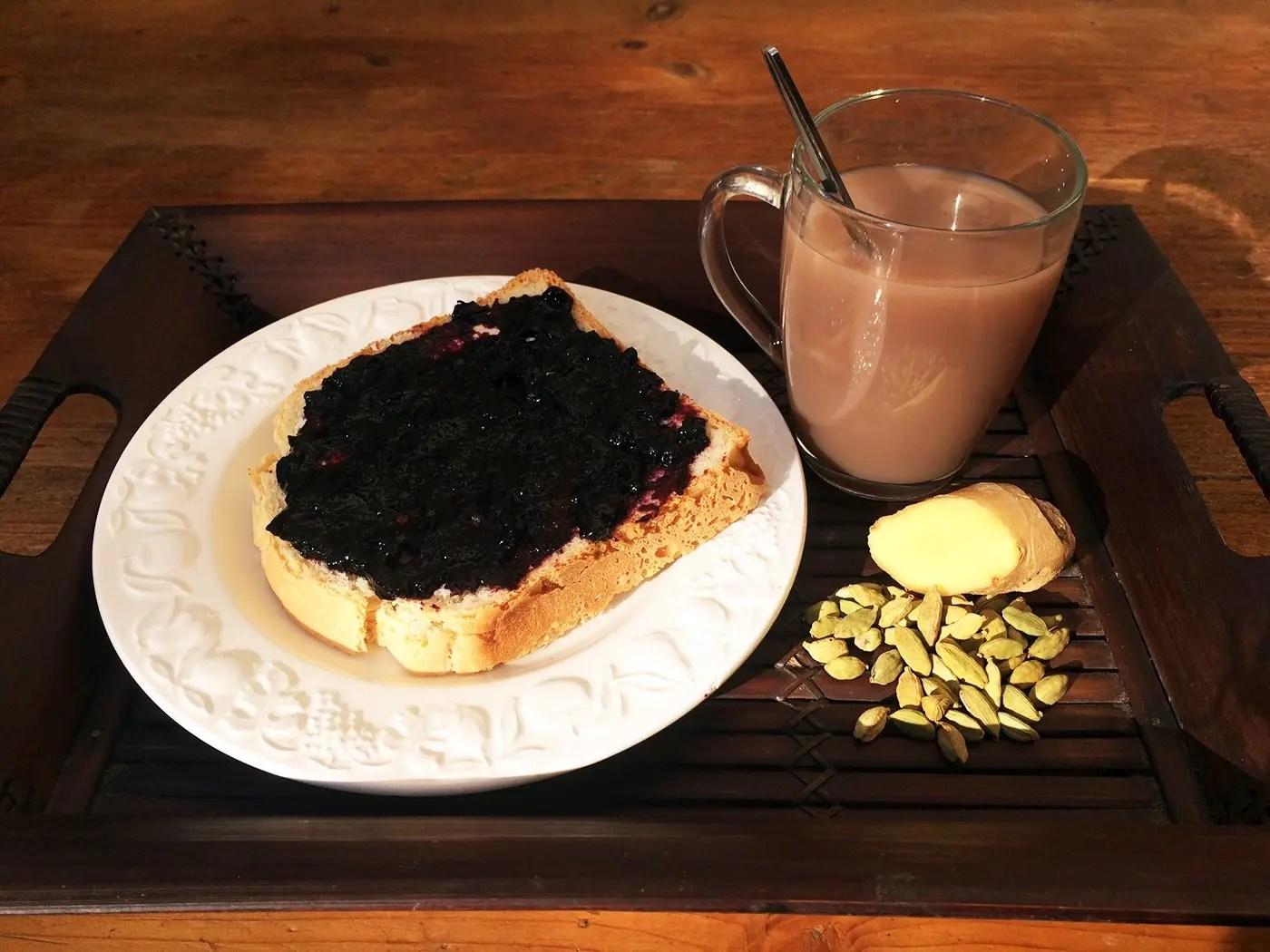 colazione masala chai e pane tostato