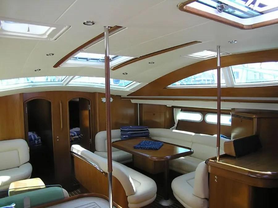Covid-19, barca a vela e la dinette a bordo