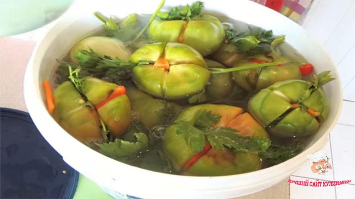 recept-kvashenyx-zelenyx-pomidorov-v-vedre2
