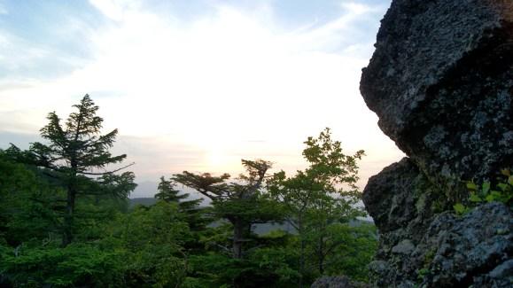 岩を登り中