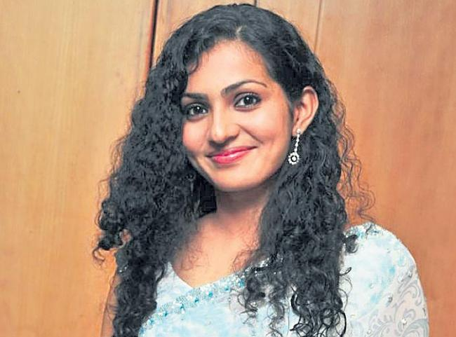 Malayala Actress Parvathy To Turn Director - Sakshi