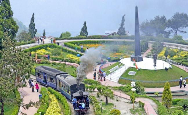 Darjeeling: Best Tourist Spot In West Bengal - Sakshi