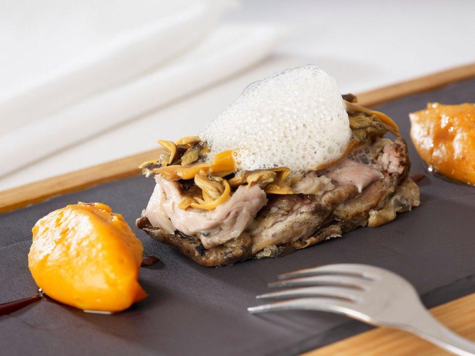 Espatlla de xai lletó de raça ripollesa a la brasa d'olivera amb moniato