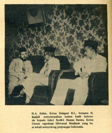 Ketua Delegasi-Indonesia-H.-Agus-Salim-didampingi-Prof-Rasyidi-mengucapkan-terimakasih-kepada-Asy-Syahid-Hasan-Al-Banna-atas-dukungannya-yg-sangat-kuat-bagi-kemerdekaan-Indonesia-jpeg.image_
