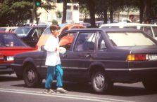 Richy Ares vende rollos de papel a los coches