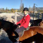 A caballo, recorre la pradera