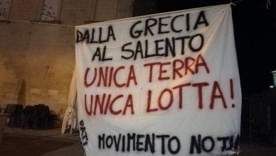 striscione dalla grecia al salento unica terra uncia lotta