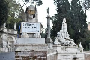 Clima - ambientalisti da salotto - mettono maschera e boccaglio alle statue - ph Savino Montesi