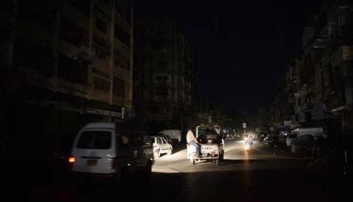 خروج عدد من محطات الكهرباء بعدن عن الخدمة ومناشدات للحكومة لإنقاذ العاصمة