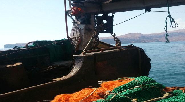 المهرة .. أمن قشن يحتجز سفينة صيد مخالفة تابعة لشركة بروم