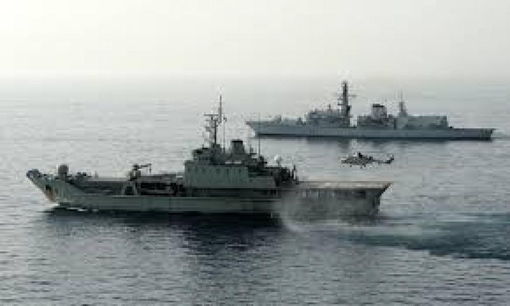 إيران ترسل سفن حربية إلى خليج عدن وباب المندب لحماية سفنها التجارية