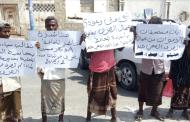عمال الصرف الصحي بخنفر ينفذون وقفة إحتجاجية مطالبين فيها بصرف مستحقاتهم